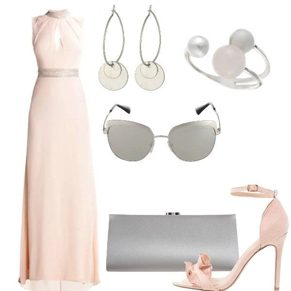 Abito lungo elegante in rosa con schiena scoperta, sandali rosa con ruches e cinturino sulla caviglia, pochette grigio perla. Occhiali da sole Prada in grigio, orecchini ed anello in metallo.