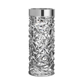Med sitt ståtliga utförande blir Carat vas från svenska Orrefors mittpunkten på det dukade bordet. Vasen är designad av Lena Bergström som fått sin inspiration från juveler och ädelstenar när serien Carat har kommit till. Vasens utformning är romantisk men fortfarande sofistikerad och elegant. Den är handtillverkad i kristallglas med en asymmetrisk slipning som skapar en extra lyxig känsla.