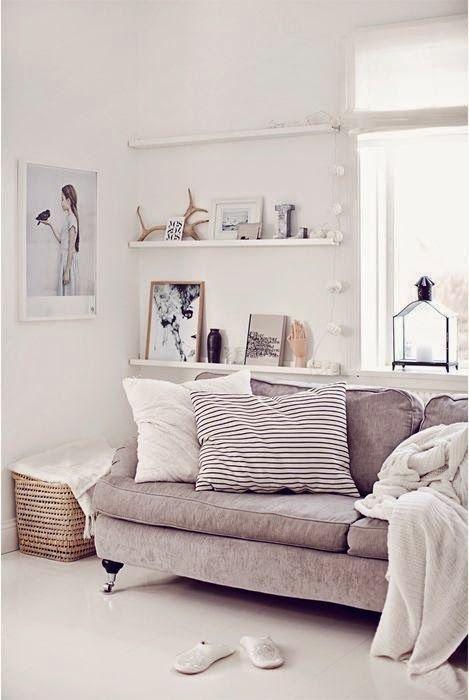 decorar alrededor del sofa