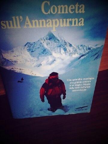 Simone Moro racconta la sua grande passione per la montagna e le sfide che ha affrontato, per seguire tale passione.  Non è un libro solo per appassionati delle scalate, ma è la storia di una grande amicizia, nata tardi e terminata troppo presto.