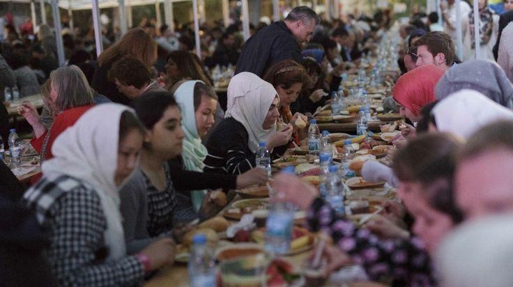 Tausende Muslime erleben derzeit ihren ersten Ramadan in Deutschland. Die Deutschen müssen deshalb keine Angst haben - und schon gar nicht aufhören, tagsüber Bier zu trinken.