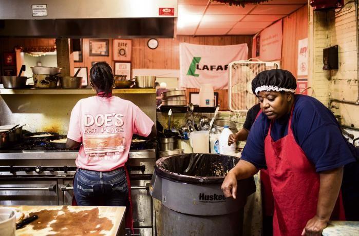 Et halvt århundrede efter den amerikanske borgerretsbevægelse vandt kampen for ligestilling, er skepsis, skuffelse og desperation udbredt i store dele af den sorte befolkning i Sydstaterne. I byen Greenville, Mississippi, hvor slaverne – og indtil fornylig deres efterkommere – plukkede bomuld, hersker der endda en nostalgi efter tiden med raceadskillelse. Dengang ejede afroamerikanere i det mindste deres egne forretninger og styrede selv deres skoler. Det gør de ikke længere