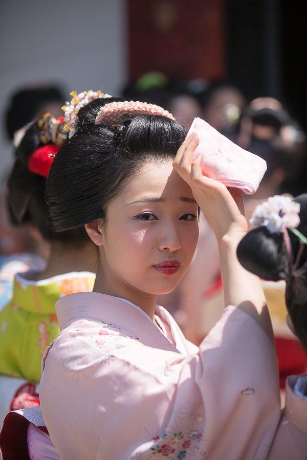 5月1日、前日の都をどりの千秋楽を終えて、舞妓さんたちは八坂神社に終了奉告祭に向かわれました。 今年初の真夏日を記録したこの日、暑い中八坂神社に勢揃いさ...