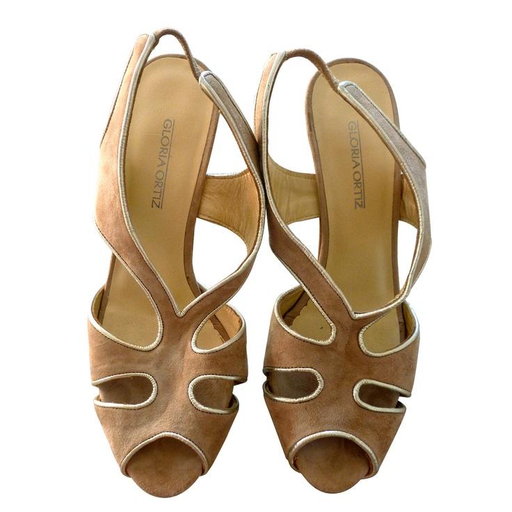 Sandalias de tacones GLORIA ORTIZ, de ante y piel beige con detalles dorados. Muy bonitas y chics, utilizadas una sola vez. Talla 37 $45 by Luxe a Porter  www.luxeaporter.com