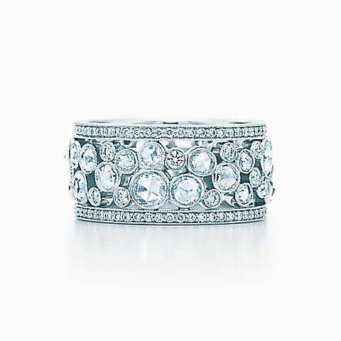 Anel Tiffany Cobblestone em platina com diamantes, largura de 10 mm.