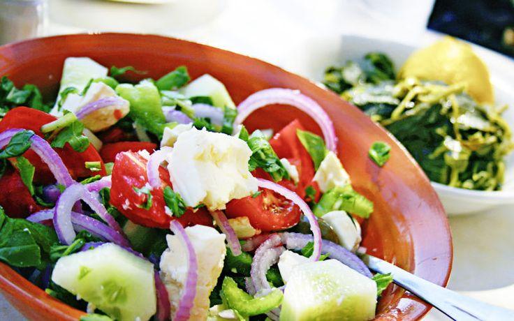 Nyd en ægte græsk salat med feta på Rhodos. Se mere på www.apollorejser.dk/rejser/europa/graekenland/rhodos