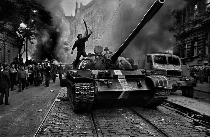 I carri armati sovietici a Praga, 1968. (Josef Koudelka, Magnum/Courtesy of the Art Institute of Chicago)
