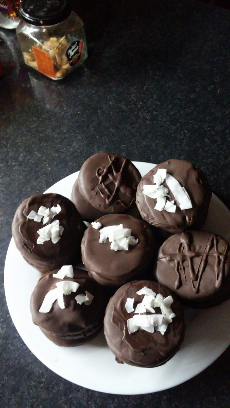 Alfajores relleno con manjar y bañados en chocolate