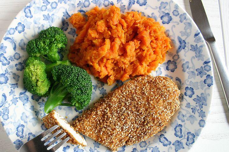 Pieczona pierś z kurczaka w panierce z siemienia i sezamu oraz purée z marchewki