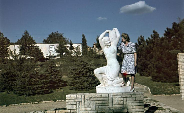 Nagy Lajos (Fenyves) tér, Korsós nő kútszobor (Sóváry János, 1938.).