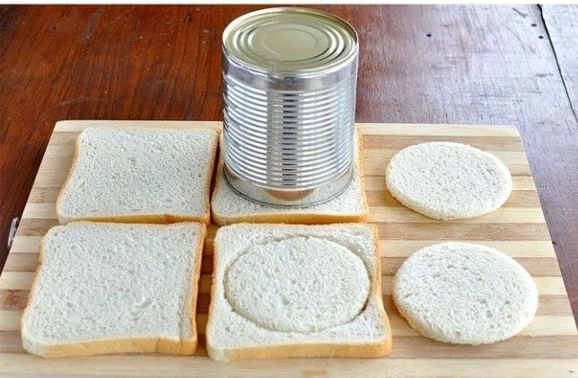 A szendvicskenyérből köröket szaggat, és sodrófával jól kinyomkodja | Napi Kreatív