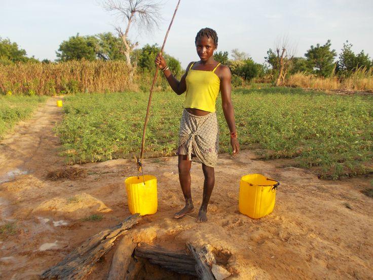 Ragazza al pozzo (3). Nanoro. Burkina Faso.