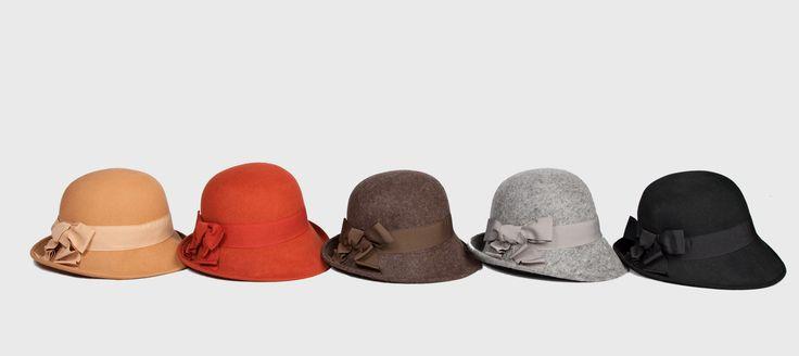 Cappello feltro Mary con nastro disponibile in arancione, rosso, marrone scuro, grigio chiaro e nero.