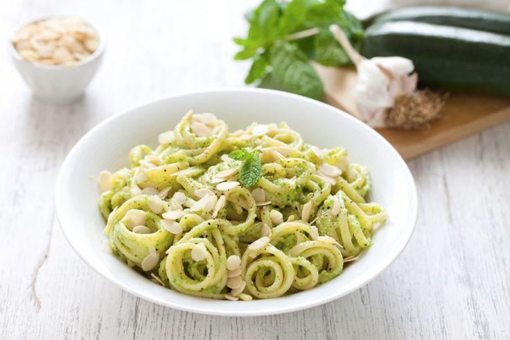 Le linguine al pesto di zucchine, mandorle e menta sono un primo fresco, leggero e saporito. Scopri la ricetta facile e veloce del Cucchiaio d'Argento.