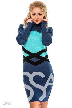 Синее вязаное платье с высоким воротом и крупным геометрическим узором
