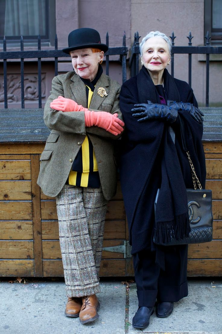 ADVANCED STYLE :: I adore how these two women have such different looks and takes on winter wear. The contrast is delightful. Hipster Grunge, Mature Fashion, Fashion Over, Style Funky, Street Style Vintage, Stylish Older Women, Advanced Style, Ageless Beauty, Style And Grace
