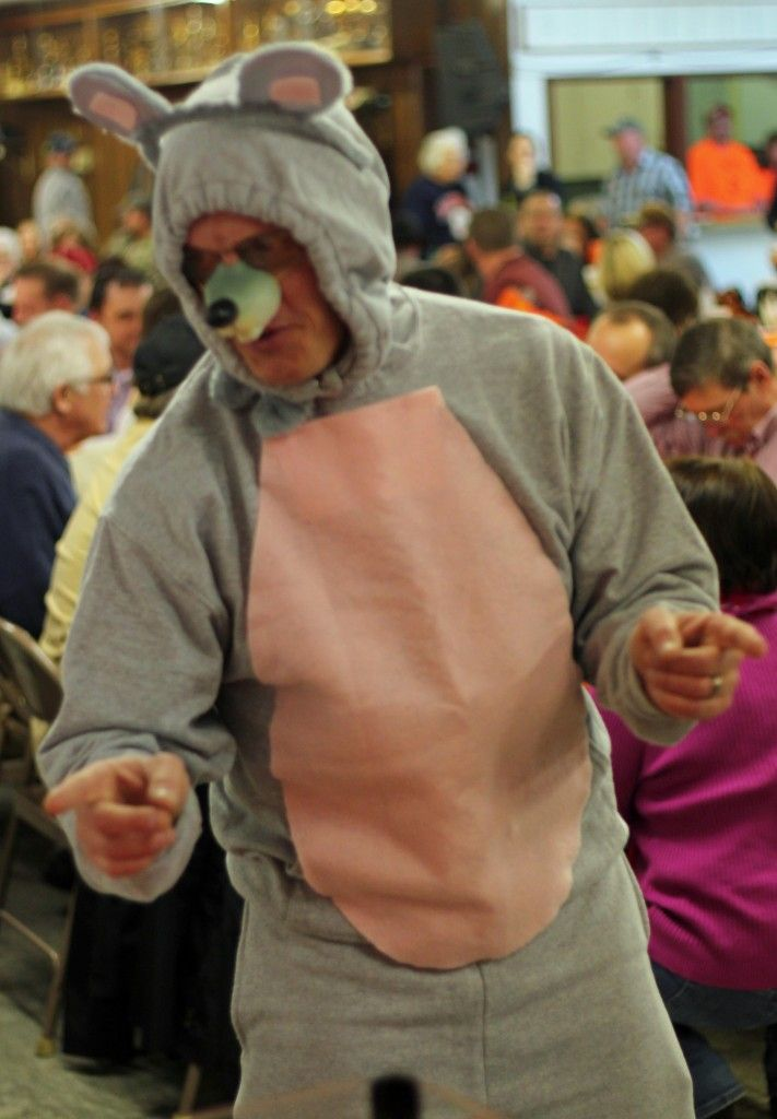 Mice bolted ahead of their fellow four-legged friends in front of a loud crowd for a fundraiser for the All-Weather Track Committee's annual Mouse Race fundraiser. The boys track coach ... dressed as a mouse ... urged supporters to get in on the action.