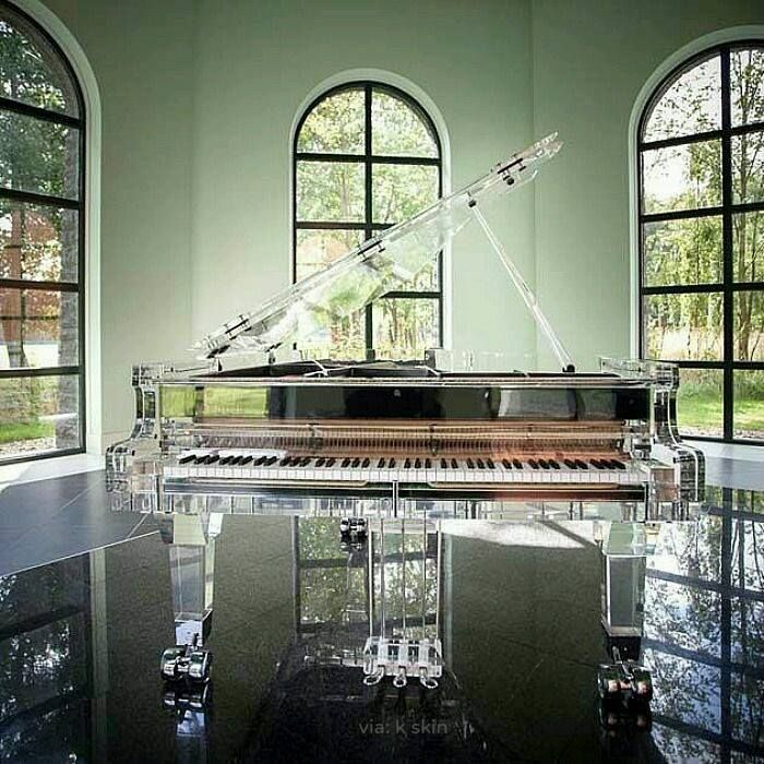 Piano de cola de cristal.