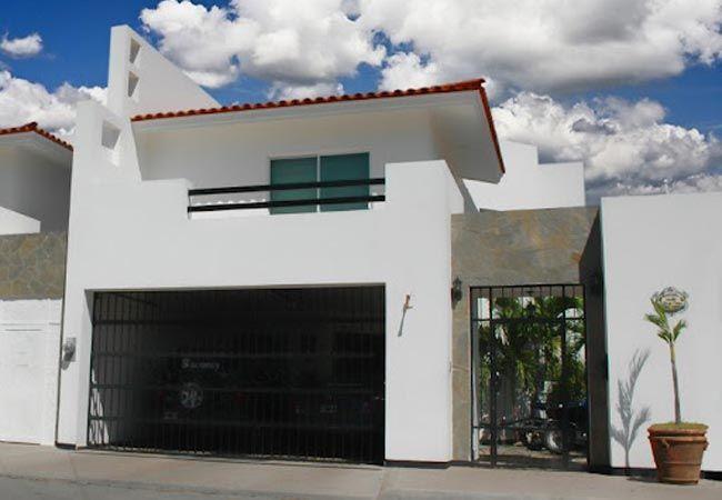 Fachada moderna con terraza y garage techado for the for Terrazas modernas para casas