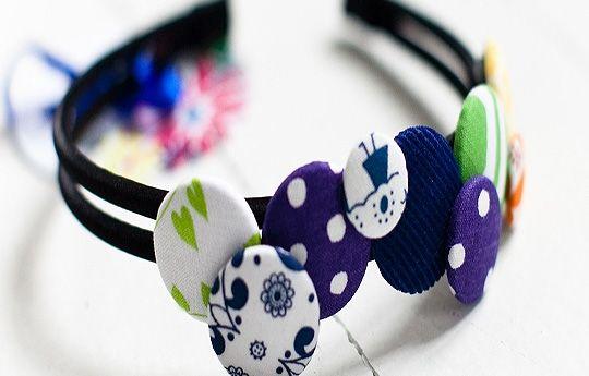 Som hårspænde - stofbetrukne knapper i forskellige strukturer (bomuld/uld/læder/fløjl/satin...) - gør det selv :)