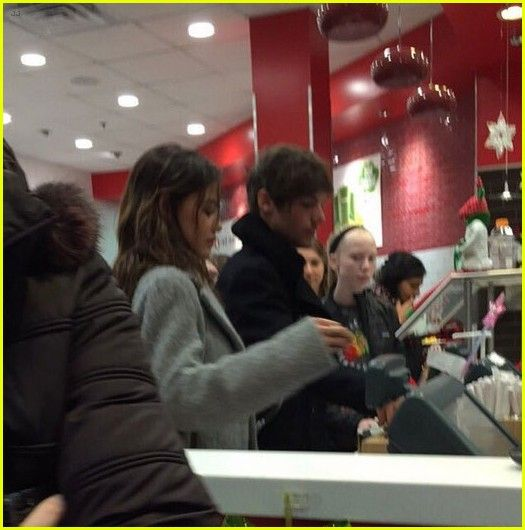 Louis Tomlinson & Danielle Campbell Hold Hands for Chicago Date Night: Photo #908590. Louis Tomlinson and rumored new girlfriend Danielle Campbell go to the checkout after dining at Red Mango on Monday night (December 21) in Chicago, Ill.    The 23-year-old…