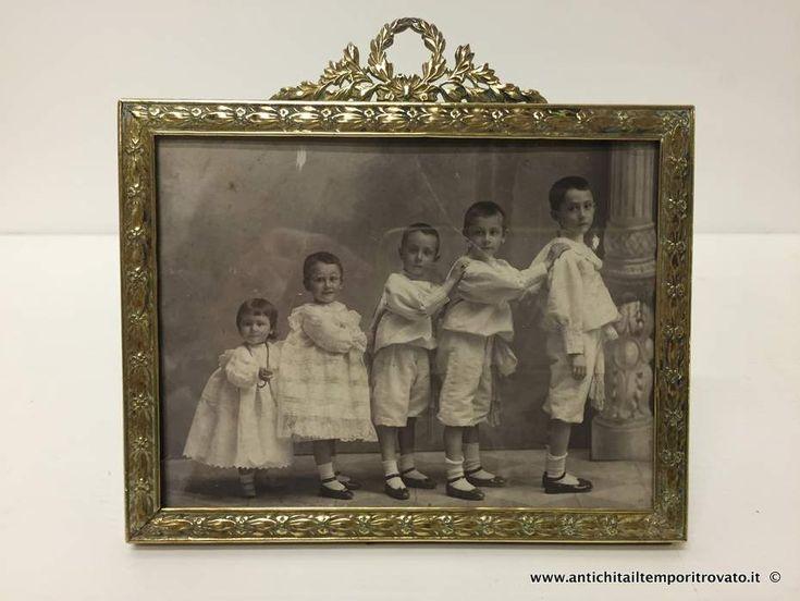 Oggettistica d`epoca - Specchi e cornici Antica portafoto con corona di alloro - Portafotografia francese in ottone a fusione Immagine n°1