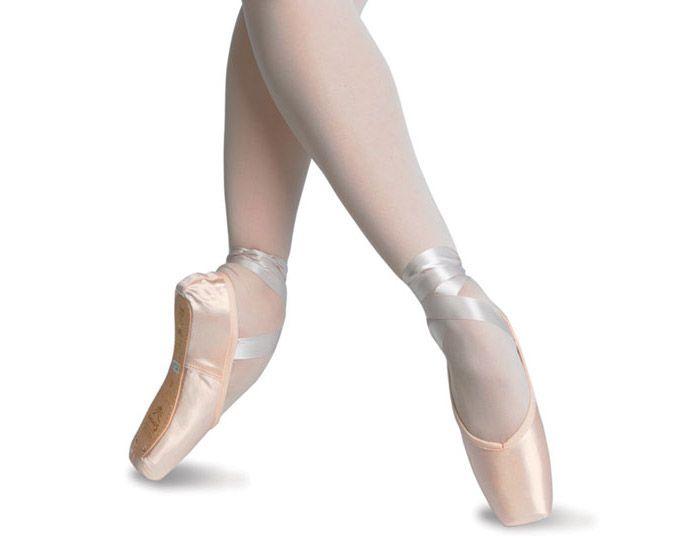 #Пуанты Recital фирмы Sansha для танцовщиц любого уровня. Широкая платформа с поддержкой задней части стопы. В наличии имеются четыре ширины. К пуантам пришита широкая резинка.