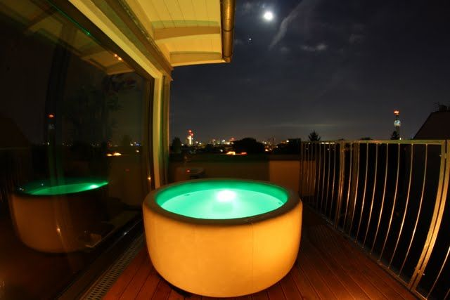 Softub hot tub on balcony ano softub m ete m t na for Balcony hot tub