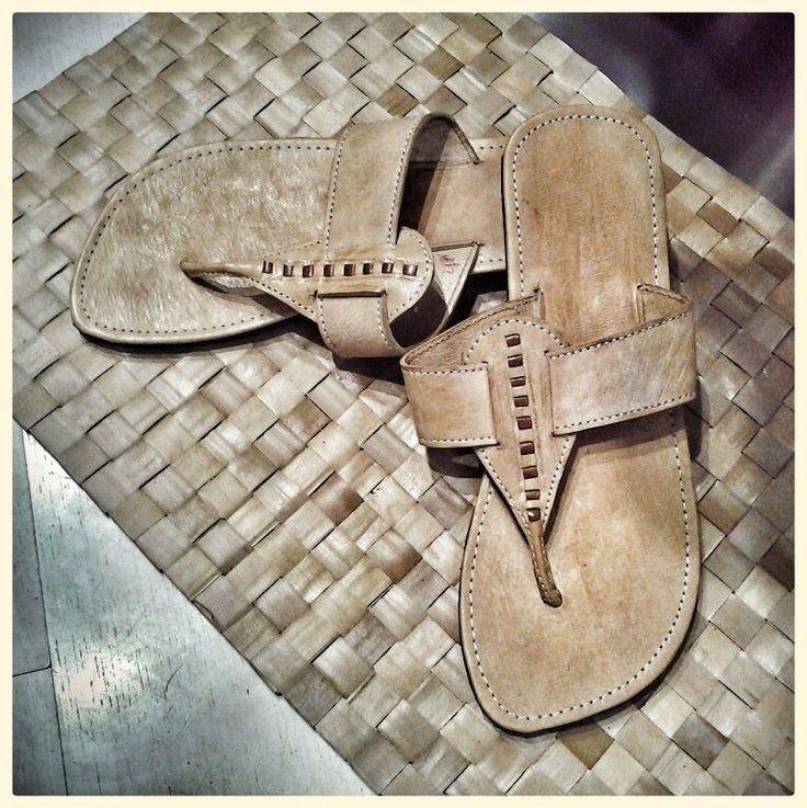 sandalo in cuoio, fatto a mano, con suola in gomma riciclata antiscivolo
