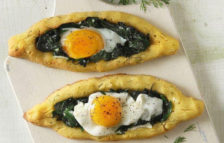 Πεϊνιρλί σε βάση από μπομπότα με τυρί, σπανάκι σοτέ και αυγά μάτια