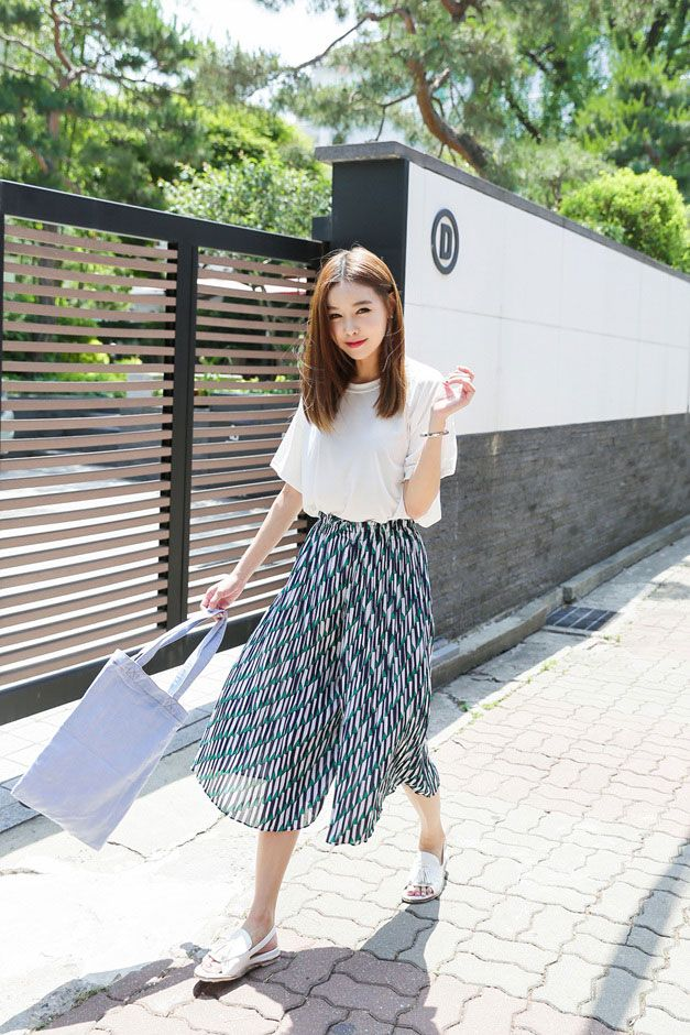 Simple casual outfit | t-shirt and skirt