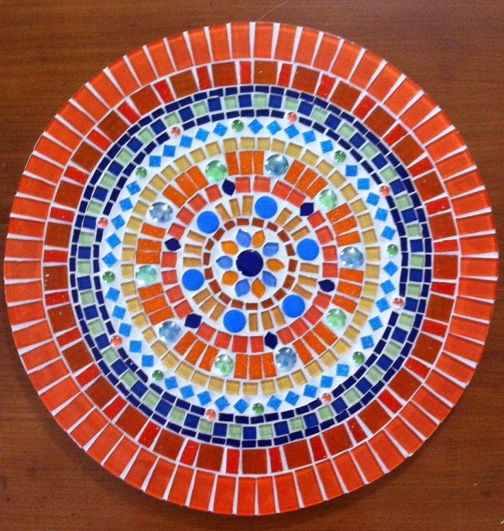 Os chakras são centros energéticos do corpo humano e essa mandala tem ao centro a imagem do centro cardíaco. <br>Ela foi feita com pastilhas de vidro, pastilhas cristal, cerâmicas, gemas de vidro e espelhos. Pode ser feita em outros tons e também com imagens de outros chakras. Me escreva, que terei o maior prazer em atendê-lo! <br> <br>Tamanho: 40 cm de diâmetro