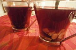 Reseptissä on käytetty mustaherukkamehua,  vettä, kanelitanko, inkivääriä, mausteneilikkaa