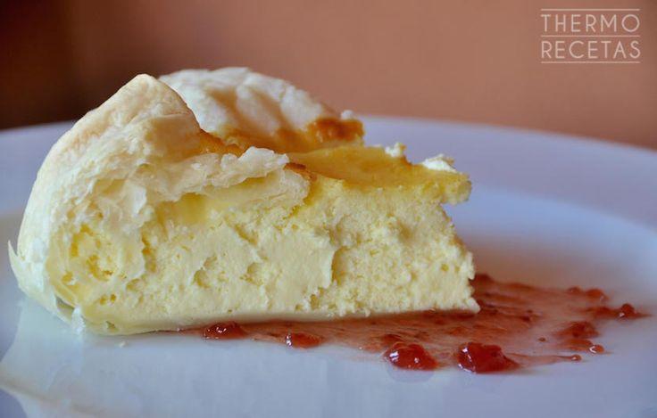 Tarta de queso mascarpone y de ricotta, muy suave y nada empalagosa. La base y los laterales son de hojaldre y se sirve acompañada de mermelada.