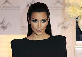 12-Mar-2013 9:03 - KIM AANGEHOUDEN. Kim Kardashian is maandag is Los Angeles aangehouden. De ramen van haar Mercedes-Benz SUV waren te donker.  Kim was onderweg naar haar ouderlijk huis toen ze een stopteken kreeg van een agent. De ramen van haar auto bleken te getint te zijn. De politieagent had blijkbaar een goede dag, want de realityster kwam er met een waarschuwing vanaf.  Hetzelfde overkwam Kims liefje Kanye West in januari ook al. Ook hij kreeg een stopteken vanwege zijn donkere…