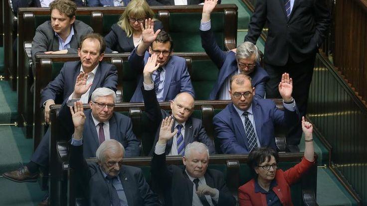 """""""Financial Times"""": kraje Europy Środkowo-Wschodniej budzą niepokój. """"FT"""" przypomina, że na początku roku agencja Standard & Poor's niespodziewanie obniżyła rating Polski, """"uważanej długo za najbardziej efektywną gospodarkę w postkomunistycznej Europie"""". Decyzję uzasadniono podjęciem kroków osłabiających w ocenie S&P """"niezależność i efektywność kluczowych instytucji""""."""