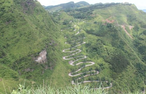 Foto jalanannya lebih jelas, zig-zag 24 tikungan (Katie Hunt/CNN Travel)