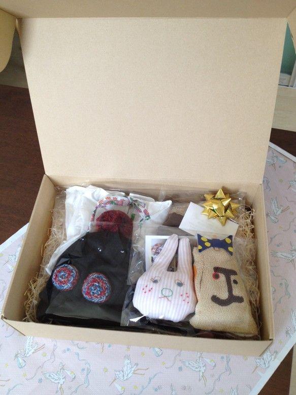 こちらは、出産祝いの1万円セットになります。中に入るものなどは変わりますが参考までに。女の子よう フリースの帽子と手袋のセット うさぎのガラガラ ワンピース ...|ハンドメイド、手作り、手仕事品の通販・販売・購入ならCreema。