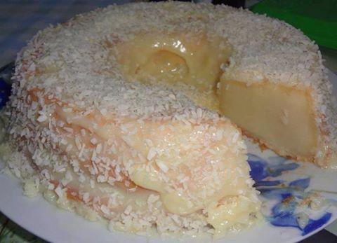Bolo de leite de coco - INGREDIENTES PARA A MASSA  1 lata de leite condensado 1 medida da lata de leite integral 1 vidro pequeno de leite de coco 1 medida da lata de farinha de trigo 1/2 medida da lata de açúcar 3 ovos grandes 3 colheres de sopa de margarina PARA A COBERTURA  1 vidro de leite de coco 2 colheres de sopa de açúcar 1 pacote de coco ralado MODO DE PREPARO DA MASSA  Bata todos os ingredientes no liquidificador. Coloque em uma forma untada e enfarinhada. Leve ao forno médio…