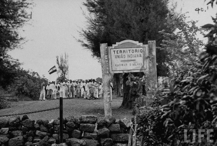 """Un grupo de """"satyagrahis"""", enarbolando la bandera hindú, avanza sin impedimentos hacia el el territorio de Goa (fotografía publicada –ca. 1954– por la revista Life"""