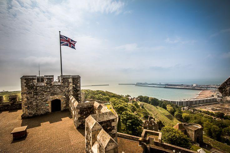 Im Mai führte mein Weg nach Dover. Die Küstenstadt, welche in der Grafschaft Kent verankert ist, gilt auch als Tor zum kontinentalen Festland. Nur ca. 35 km entferntund auf direkten Weg über dem Ärmelkanal liegt Frankreichs Küste. Neben den Kreidefelsen thront hoch über Dover auch das Dover Castle, welches im 2ten Weltkrieg auch als Hauptquartier