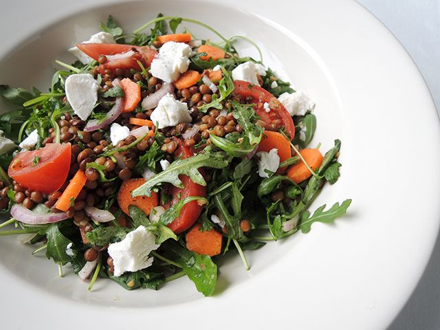 Bunny von D wordt altijd blij als ik een salade maak. Dan mag ze de takjes van de peterselie, het loof van de wortels en wat sla. Dat is één groot feest voor haar. Want meestal gooi ik het als conf...