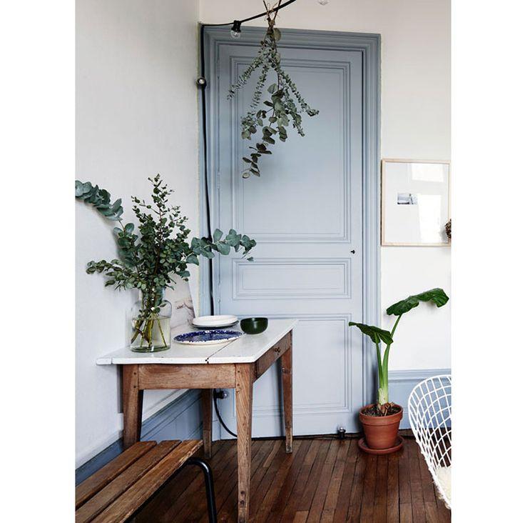 Thuis in een vintage huis vol blauwe deuren en plinten