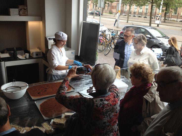 Onder het toeziend oog van chocoladeliefhebbers nemen de #truffels een cacao bad. Vanaf vandaag weer verkrijgbaar: huisgemaakte koffietruffels! www.hopenstork.com