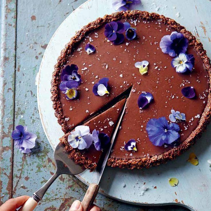 Pure chocolade, sinaasappel en zeezout komen samen in deze waanzinnig lekkere taart die je niet in de oven hoeft te bakken. Bovendien is hij glutenvrij en zuivelvrij.    1 Vet de bodem en randen van een vlaaivorm met losse bodem (Ø 24 cm) in met een...