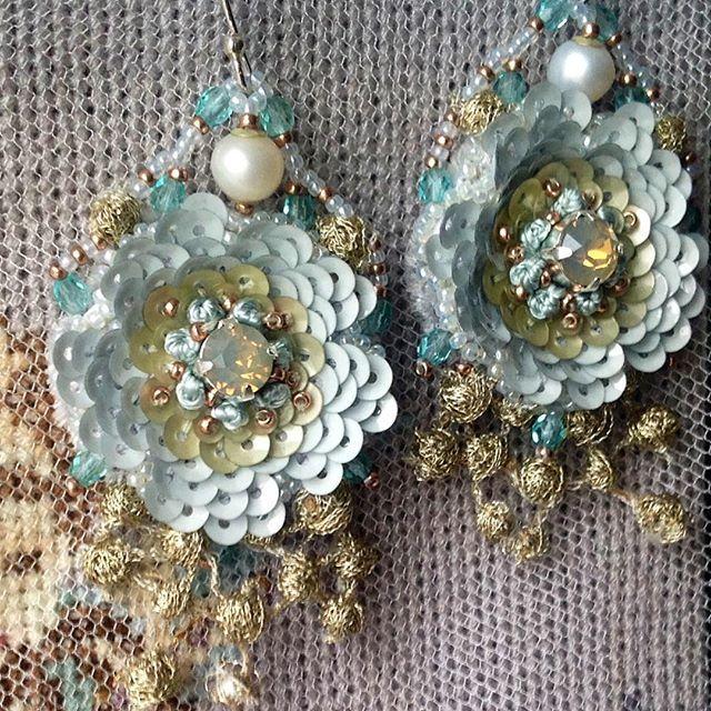 Серьги-цветочки.Авторская вышивка#вышивка #бисер #кружево #пайетки #стразы #жемчуг #украшения #серьги #embroidery