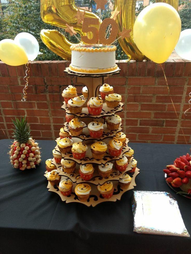Una linda celebración de 50 años con nuestros cupcakes de vainilla con chips de chocolate y y de manzana verde con canela y nuez acompañado de un hermoso ponqué decorado en crema con la foto del protagonista del evento!