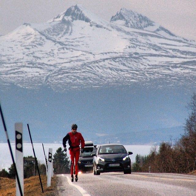 Du skal flere hundre meter opp for å finne skiføre. Tusten skisenter er stengt, og på veien nedenfor er det rulleski som duger. #molde #ilovenorway #norge #norway #rollerski #crosscountry #moi #Padgram