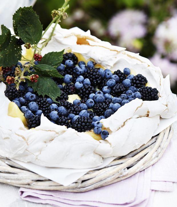 Pavlova med citronsmør og bær   Spis Bedre