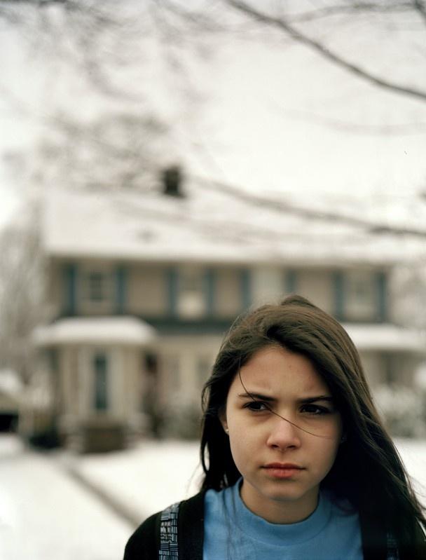 L'America nel volto di una ragazza  Fotografia di Amira Al-Sharif, categoria persone    Melissa Rosenthal, 12 anni, esce di casa per vedere gli alberi ricoperti di neve sulla strada in cui abita. La nevicata era stata inaspettata e suo padre stava spalando neve. La fotografia è stata scattata a Montclair, NJ, USA.